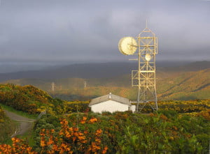 The West Virginia Broadband Deployment Council approved a $713,000 grant to Citynet, Inc., to provide broadband Internet service to Snowshoe Mountain Resort. Citynet will build a microwave link between Bridgeport and Snowshoe to send the Internet signal to an estimated 1,500 customers at the resort. In the photo, a typical microwave tower and antenna. Photo by Tony Wills, Wikimedia Commons.
